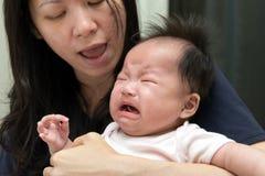 亚洲婴孩哭泣 免版税库存图片