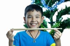 亚洲孩子举行鼓棍子 免版税库存图片