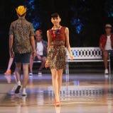 亚洲少年在时装表演跑道的模型佩带的蜡染布 免版税库存图片