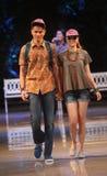 亚洲少年在时装表演跑道的模型佩带的蜡染布 免版税库存照片