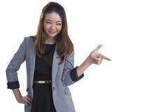 亚洲微笑对白人妇女年轻人的背景美好的偶然白种人愉快的查出的看起来的混合的指向的端 库存照片