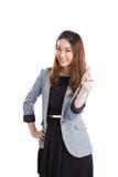 亚洲微笑对白人妇女年轻人的背景美好的偶然白种人愉快的查出的看起来的混合的指向的端 免版税库存图片