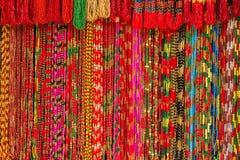 亚洲手工制造子线五颜六色的小珠在室外工艺市场上在加德满都,尼泊尔 免版税图库摄影