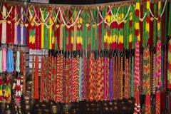 亚洲手工制造子线五颜六色的小珠在室外工艺市场上在加德满都,尼泊尔 免版税库存图片