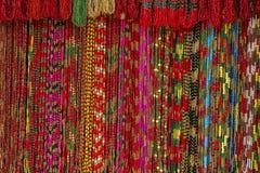 亚洲手工制造子线五颜六色的小珠在室外工艺市场上在加德满都,尼泊尔 库存照片
