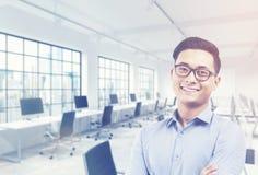 亚洲排序开发商在他的办公室 免版税库存图片