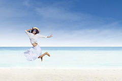 亚洲旅游跳跃在白色沙子海滩 库存照片