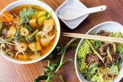 亚洲晚餐盘-汤和沙拉 库存图片