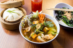 亚洲晚餐盘- bao、汤和沙拉 免版税图库摄影
