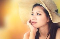 亚洲有吸引力的帽子佩带的妇女 库存图片