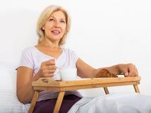 亚洲查出微笑暴牙的白人妇女的背景河床大早餐白种人 免版税库存照片
