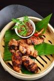 亚洲样式,热的肉盘-炸鸡飞过 免版税库存照片