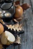 亚洲梨、灯笼和秋天叶子背景 免版税库存图片