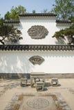 亚洲汉语、北京、北部宫殿、森林公园,景观、白色墙壁、黑瓦片、石桌和椅子 免版税库存照片