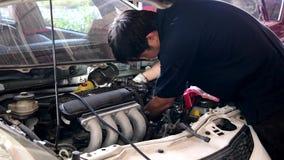 亚洲汽车机械师检查和修理引擎 股票视频