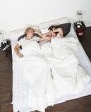 亚洲河床能人吵闹新不是枕头休眠休眠的打鼾打鼾的妇女的妇女的白种人夫妇覆盖物耳朵在家人种间人 免版税库存图片