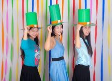 有大绿色帽子的亚洲泰国女孩在圣帕特里克的天 免版税库存照片