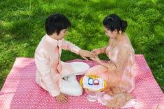 亚洲泰国新娘佩带的婚戒 免版税库存照片
