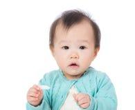 亚洲流口水的女婴 免版税图库摄影