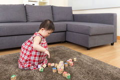 亚洲演奏玩具块的女婴 图库摄影