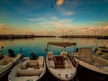 亚洛瓦市小游艇船坞和海口日落 库存图片