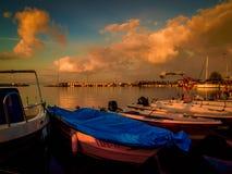 亚洛瓦市小游艇船坞和海口日落 库存照片