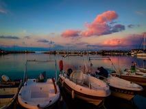 亚洛瓦市小游艇船坞和海口日落 免版税库存图片