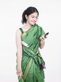 亚洲电池她的电话妇女 免版税库存图片