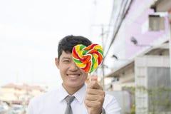 亚洲男孩和糖果心脏形状 免版税库存图片