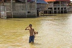 亚洲男孩游泳的画象在河 免版税库存照片