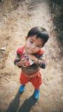 亚洲男孩,亚洲孩子拿着一个蛋糕 免版税库存照片