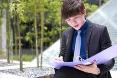 年轻亚洲男性商业主管待办卷宗 免版税库存照片