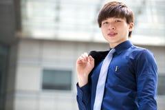 年轻亚洲男性商业主管微笑的画象 库存图片