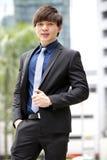 年轻亚洲男性商业主管微笑的画象 库存照片
