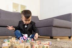 亚洲男婴戏剧木玩具块 库存图片