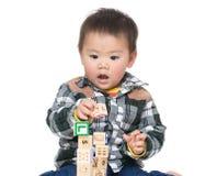 亚洲男婴戏剧木玩具块 免版税库存照片