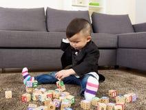 亚洲男婴戏剧玩具块 免版税库存图片