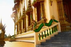 亚洲的建筑学 在佛教临时雇员的东方龙雕塑 免版税库存照片