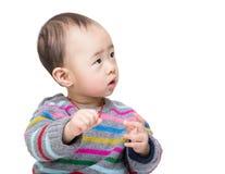 亚洲看的男婴在旁边 免版税库存照片