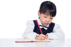 亚洲矮小的中国女孩文字家庭作业 库存照片