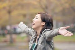 亚洲秀丽开放胳膊和任意感觉 免版税图库摄影