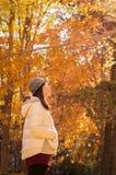 亚洲秋天年轻想法的女孩 免版税图库摄影