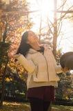 亚洲秋天年轻美丽的女孩 免版税库存照片