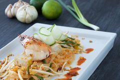 亚洲米线、虾和菜在一块板材有成份围拢的 免版税库存图片