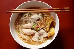 亚洲米线汤用猪肉、鱼丸和油炸马铃薯片饺子 库存照片