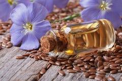 亚麻籽、蓝色花和水平油的特写镜头 免版税库存照片
