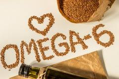 亚麻籽,在瓶的亚麻仁油 吃健康 免版税图库摄影
