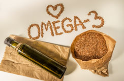 亚麻籽,在瓶的亚麻仁油 吃健康 免版税库存图片