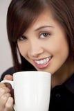 亚洲美丽的咖啡饮用的茶妇女 免版税库存照片