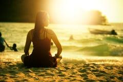 亚洲美丽的妇女坐海滩沙子 免版税库存图片